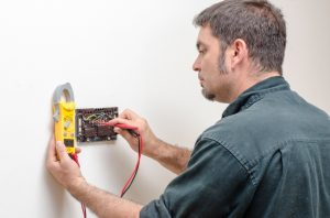 technician-testing-thermostat